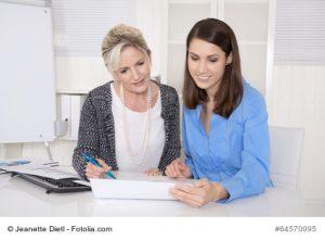 Zwei Frauen gemeinsam in einer Besprechung im Bro